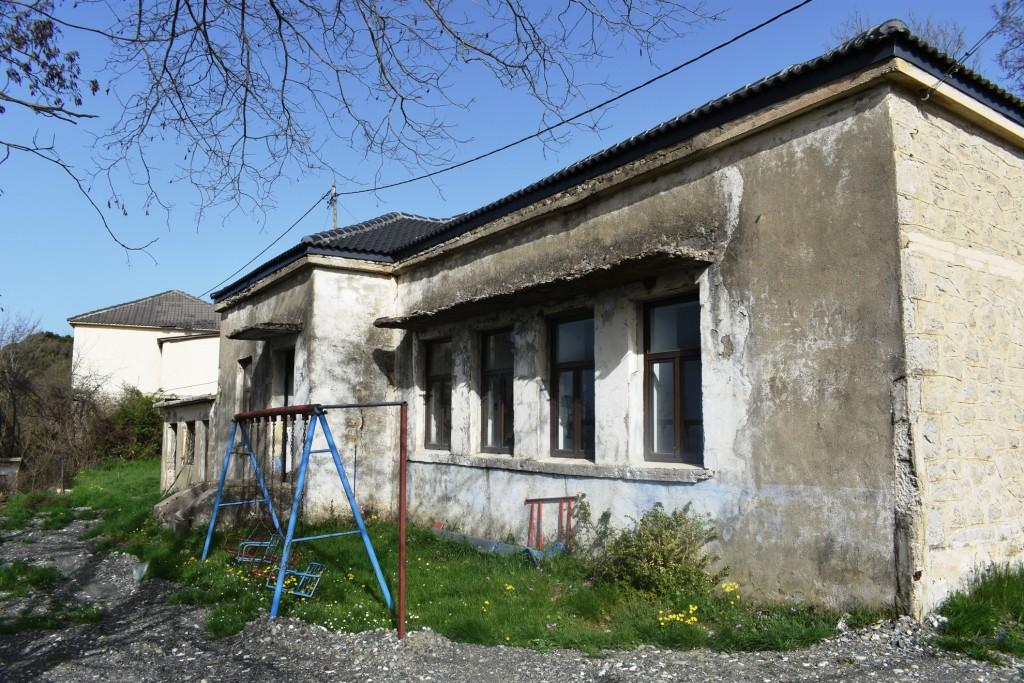 Ανακατασκευή παλιού σχολείου στο Δεμάτι και αποκατάσταση δρόμου στη Λάιστα με πιστώσεις της  Περιφέρειας
